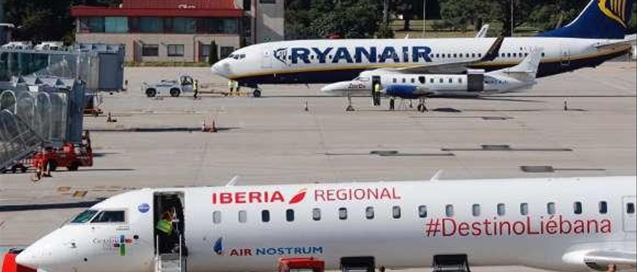 Dos aviones en el aeropuerto de Peinador. // José Lores