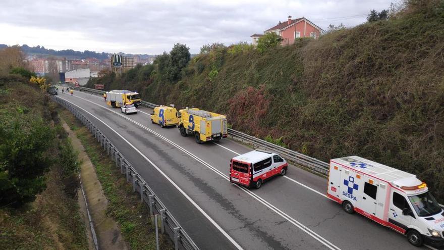 La colisión entre dos vehículos obliga a desviar el tráfico en la variante de Avilés