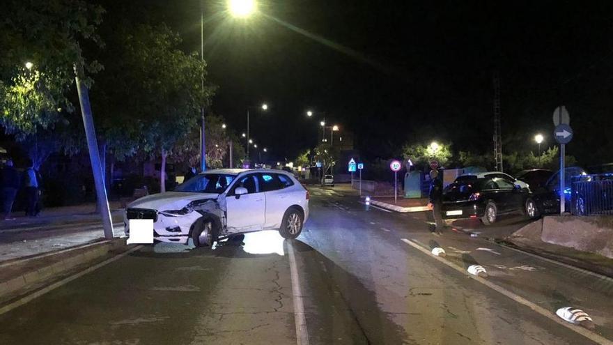 Una conductora ebria circula sin rueda por la Vall d'Uixó tras colisionar contra una farola