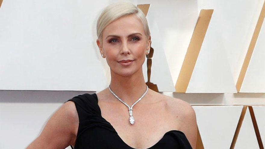 Charlize Theron lució un collar de 5 millones de dólares en los Oscar