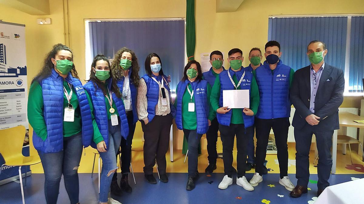 Los alumnos ganadores de diferentes categorías del CIFP Ciudad de Zamora y sus profesores.