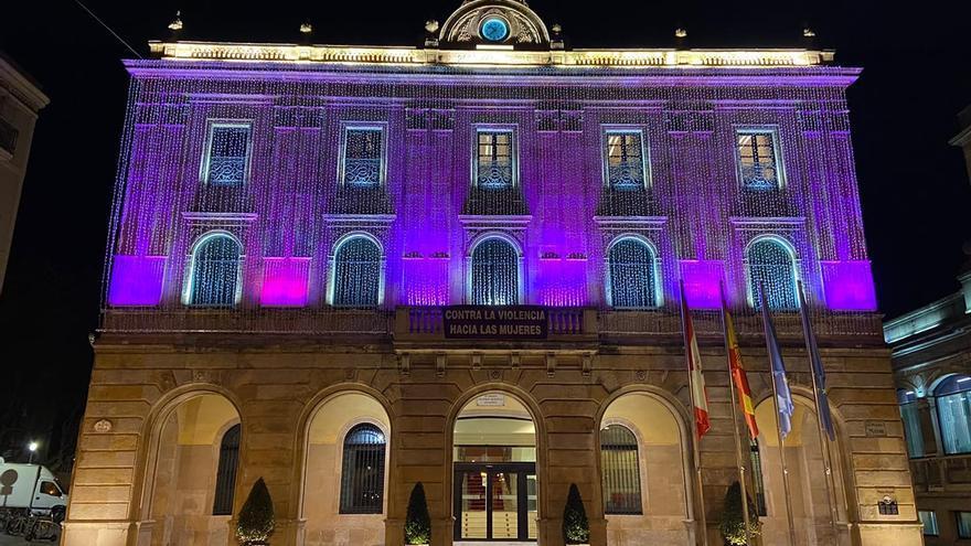 El Ayuntamiento de Gijón se ilumina de morado por el día contra la violencia hacia las mujeres