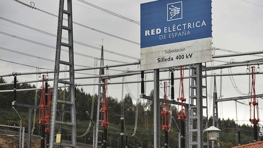 El entorno de Carboeiro, amenazado por las redes de evacuación de 18 proyectos eólicos