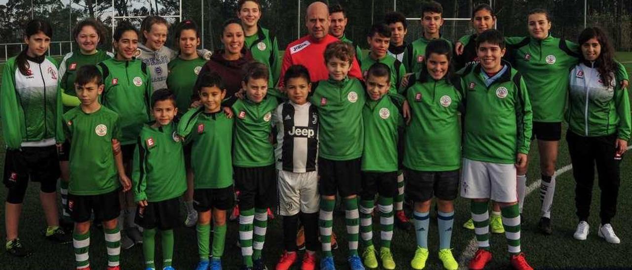 Jugadores de la entidad vilagarciana posando junto a Salvador Abalo y la delantera del Valencia, Mary Paz Vilas. // I. Abella