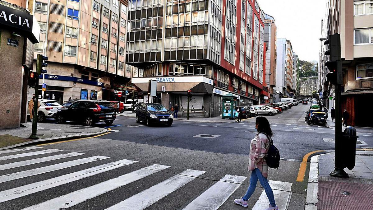 Calle Juan Flórez, en el distrito 3, el segundo en el que hay más desigualdades económicas.     // VÍCTOR ECHAVE