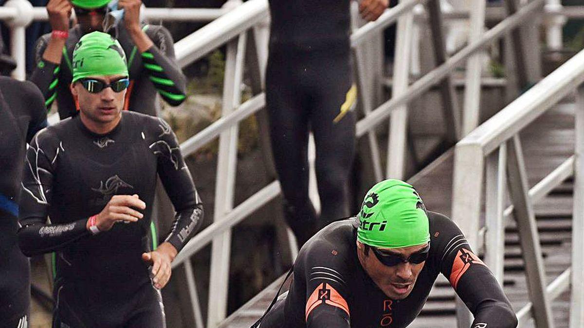 Gómez Noya salta al agua en la salida de la prueba.