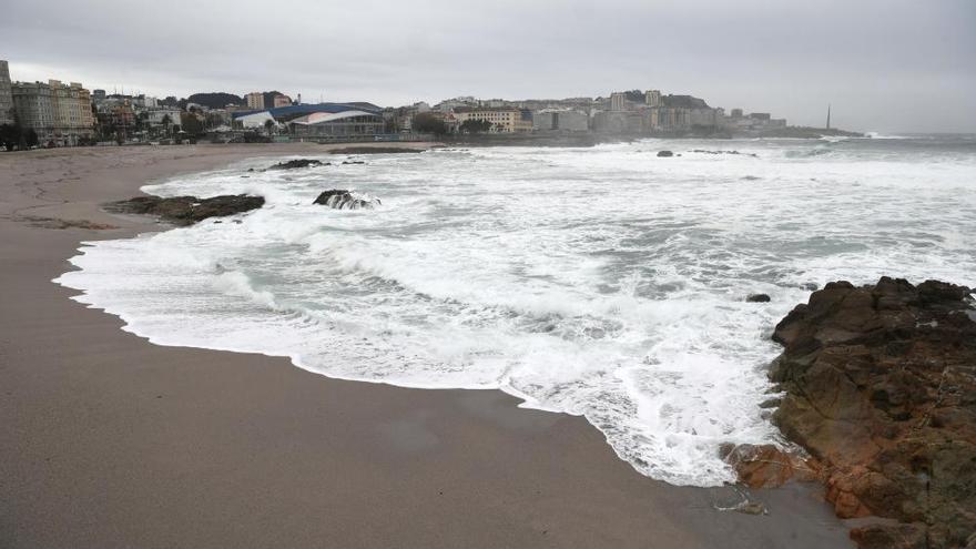 El fuerte oleaje alcanza el paseo marítimo