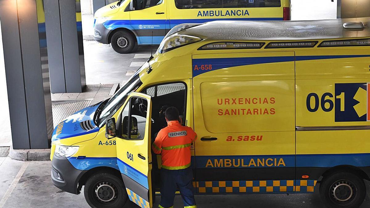 Ambulancias en la entrada de las Urgencias del Hospital Universitario de A Coruña. |   // CARLOS PARDELLAS