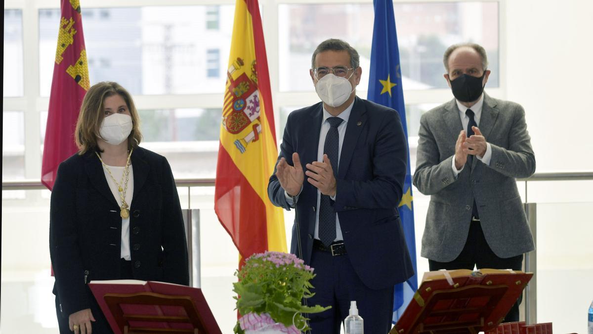 El rector, José Luján, y el presidente del Consejo Social, Juan Antonio Campillo, aplueden tras la toma de posesión de la nueva decana