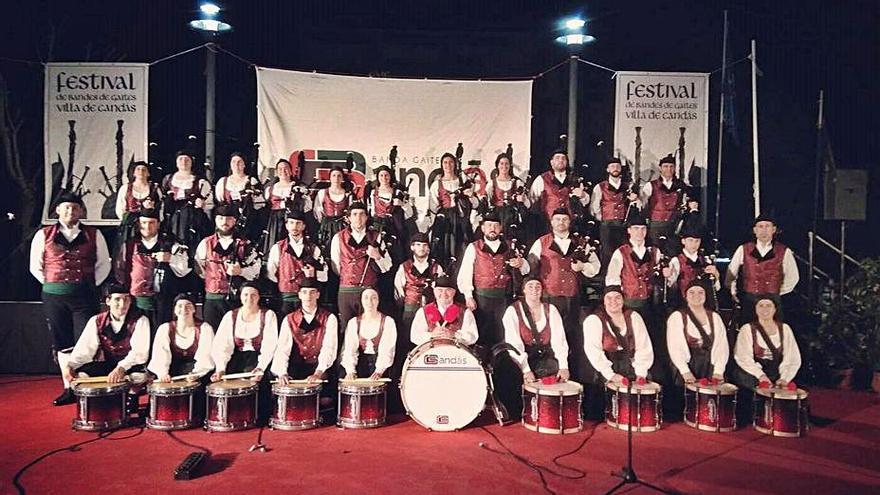 Carreño y la banda de gaitas de Candás firman un convenio de 25.400 euros