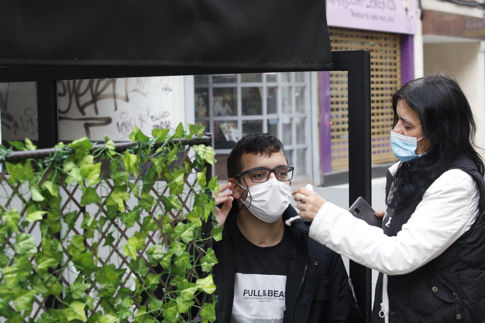 Germán Fernández junto a su madre, Yolanda Fernández, tras conocer la petición del fiscal