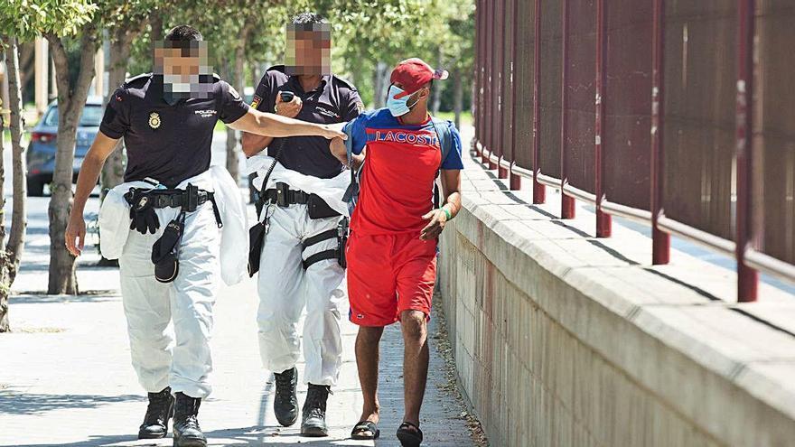 Cuatro positivos y nuevo intento de fuga entre los inmigrantes confinados