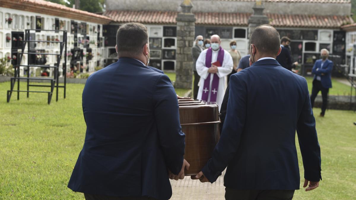 Menchu Álvarez del Valle descansa ya en Ribadesella, tras un íntimo funeral