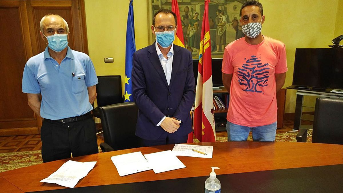 El subdelegado del Gobierno, Ángel Blanco, centro, con el alcalde y teniente de alcalde de Fonfría. |Subdelegación