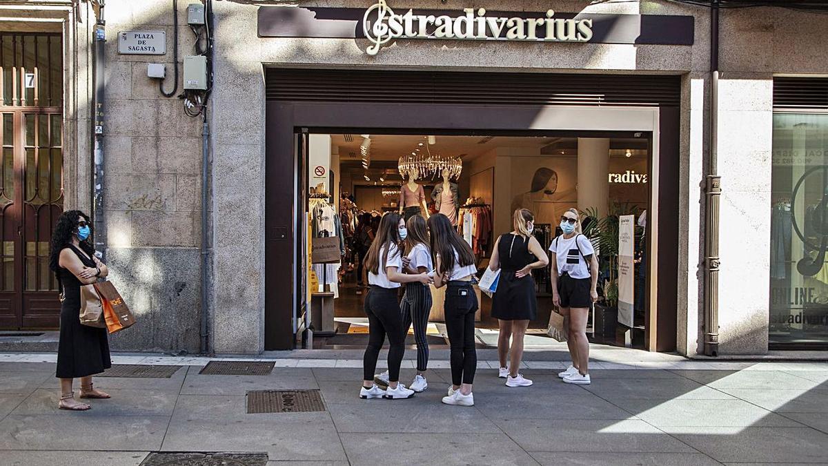 Un grupo de jóvenes espera para acceder a una tienda de la capital.   Nico Rodríguez