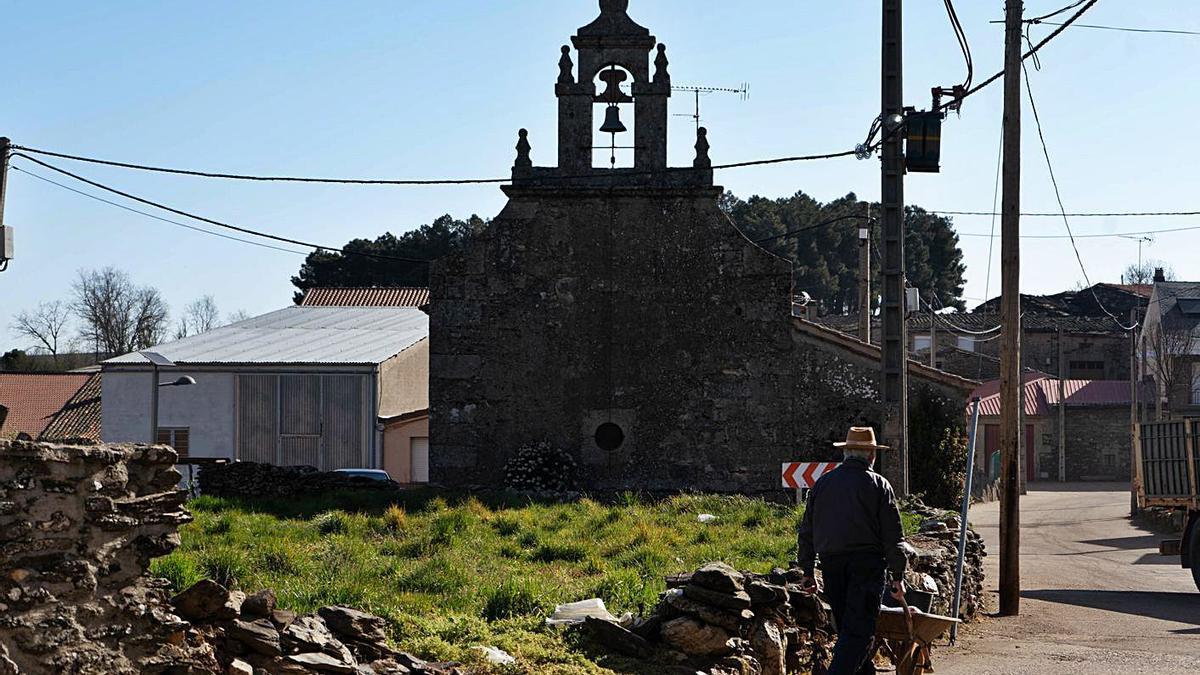 Un vecino recorre una calle de un pueblo alistano.  