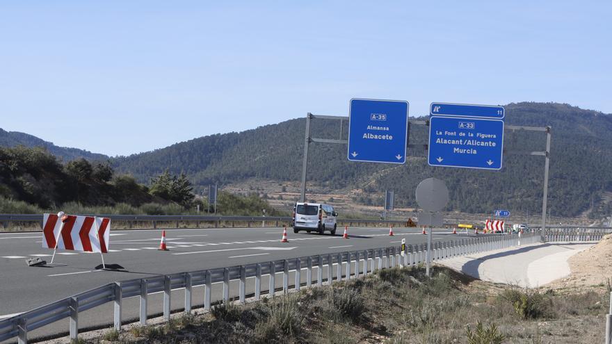 Carreteras corta el acceso principal a la Font de la Figuera y provoca desvíos kilométricos