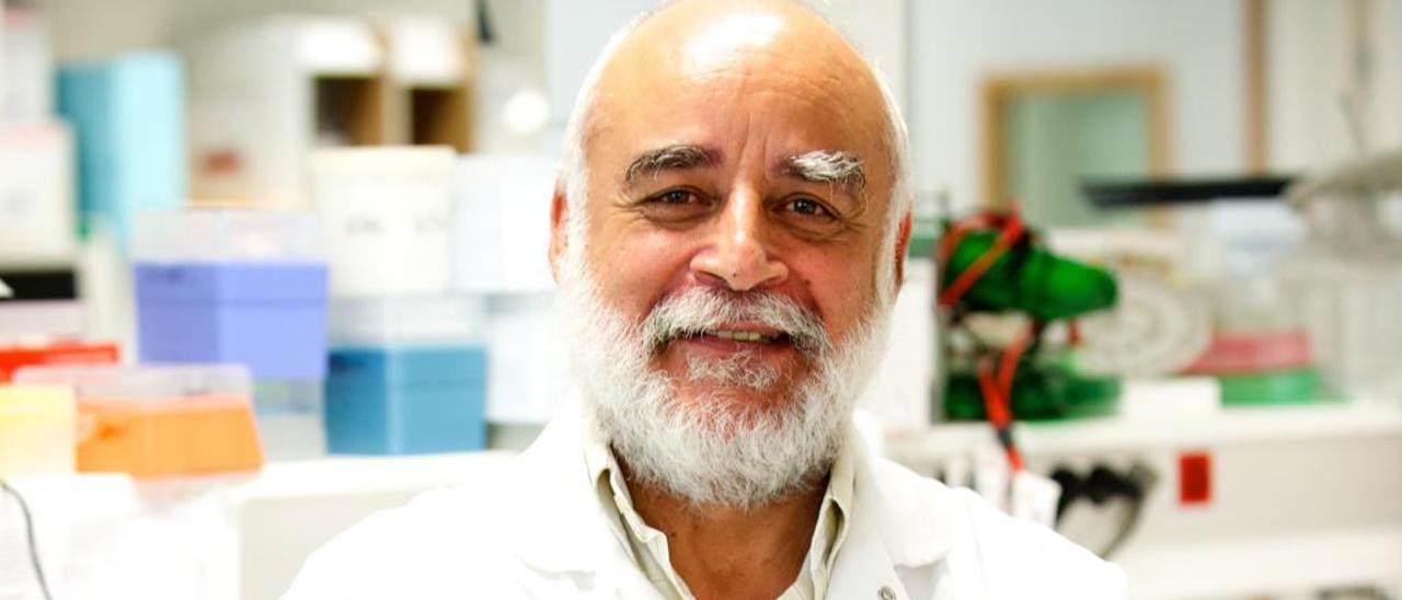 El virólogo Scott-Algara en el laboratorio del Instituto Pasteur.
