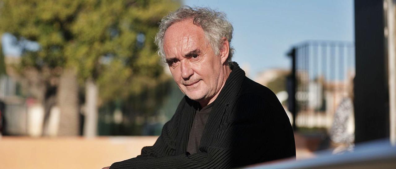 El cocinero Ferran Adrià, ayer en el Trui Teatre, antes del inicio del encuentro.   MANU MIELNIEZUK