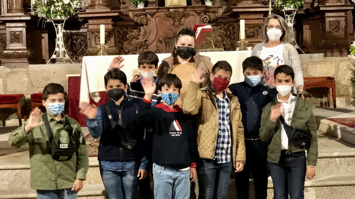 Catequistas con sus alumnos posan en la parroquia para El Periódico.