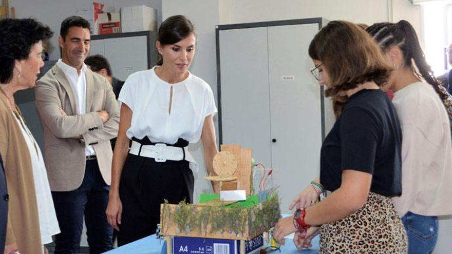 La Reina Letizia se apunta a la moda de los pantalones 'paperbag'