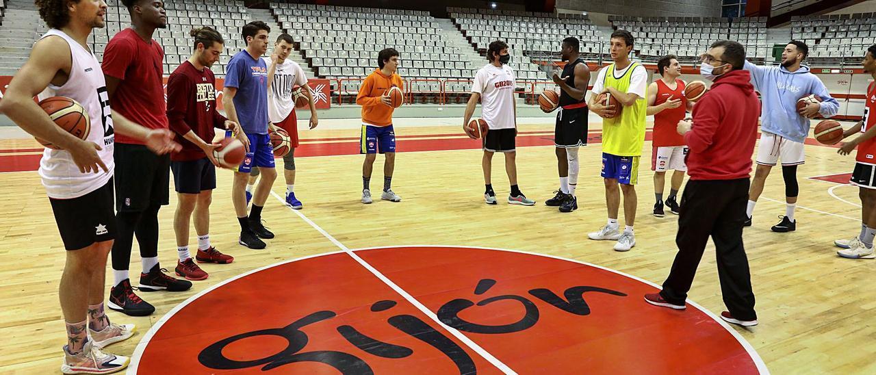Fran Sánchez se dirige a sus jugadores antes del entrenamiento. | Juan Plaza