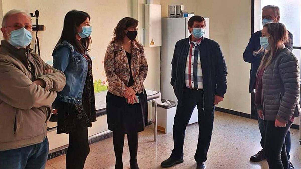 La directora general y las autoridades locales durante su visita al consultorio de Corbera. | LEVANTE-EMV