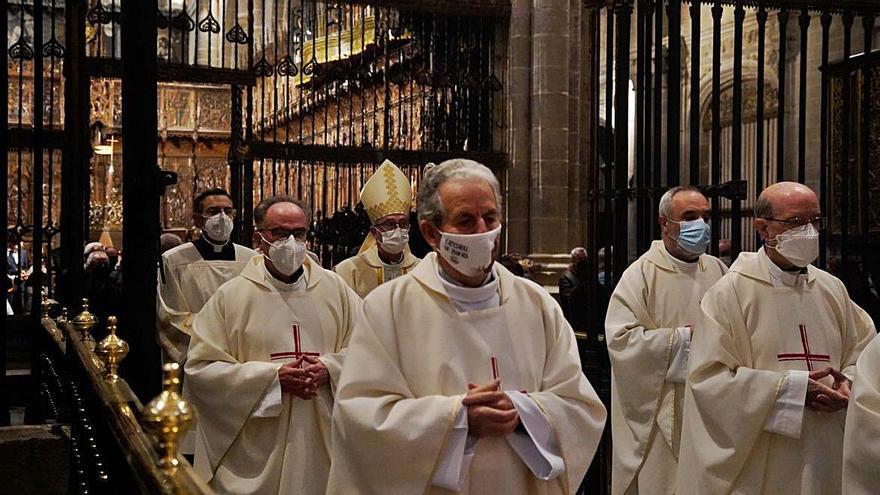 Entrada de Fernando Valera, acompañado por un grupo de sacerdotes. | Jose Luis Fernández
