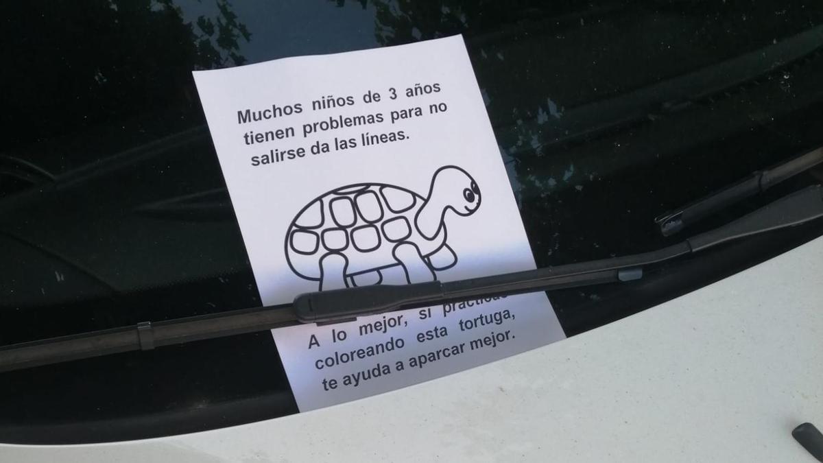 Una de las notas que los vecinos colocaron en el coche mal aparcado en Redondela.