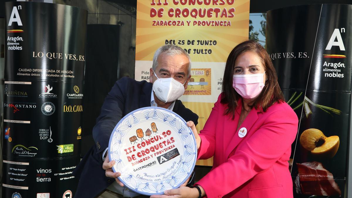 Miguel Ángel Vicente, director de El Gastrónomo Zaragozano, y Carmen Urbano, directora general de Innovación y Promoción Agroalimentaria del Gobierno de Aragón.