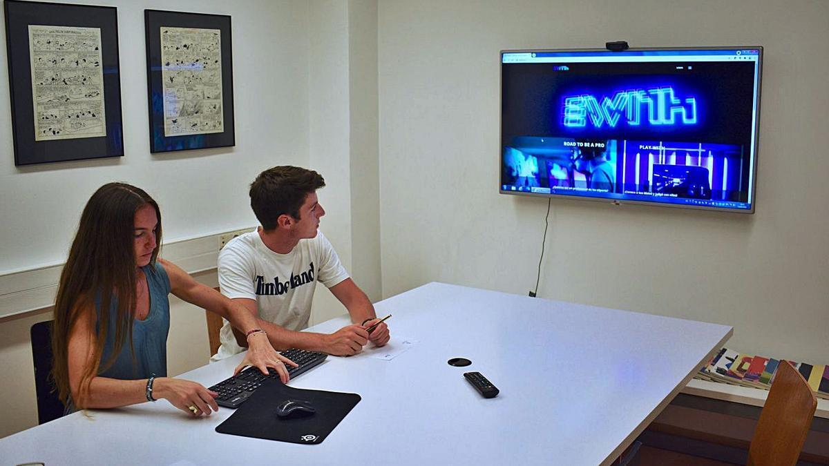 Pau Gallardo i Claudia Gallego visualitzant la pàgina web de l'empresa | ARXIU PARTICULAR