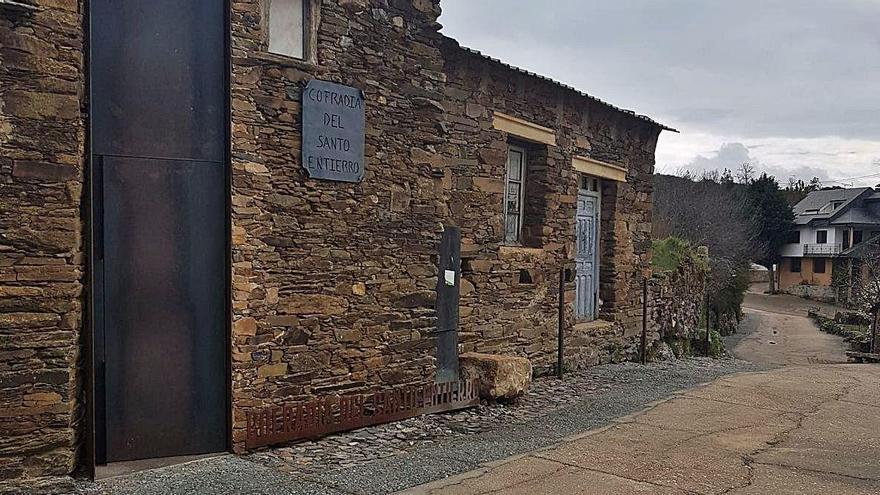 Actual aspecto del Museo de Semana Santa de Bercianos, sin los postes ni la estación.