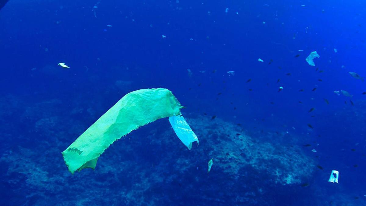 Plástico flotando en el mar cerca de es Vedranell.
