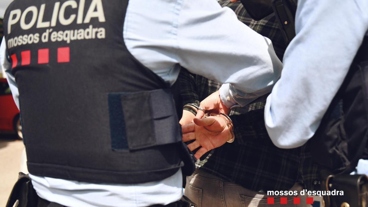 Agentes de los Mossos d'Esquadra practican una detención en una imagen de archivo