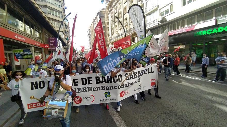 Cientos de empleados del Sabadell protestan en Murcia por el ERE