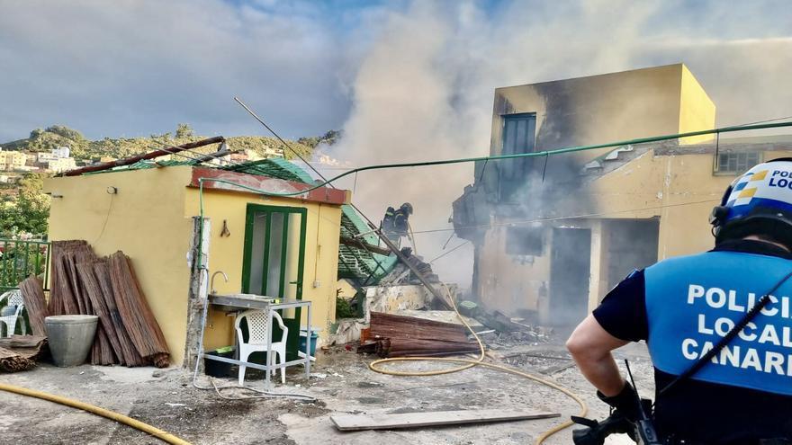 Incendio y derribo parcial de una vivienda en La Laguna