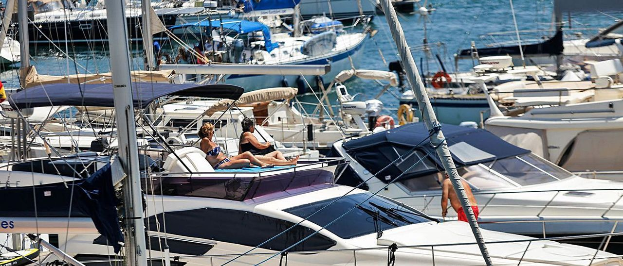 Embarcaciones de recreo en el puerto de València. | EDUARDO RIPOLL
