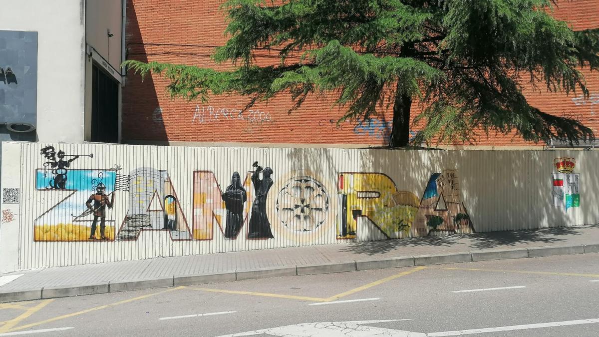 Nuevo mural en la calle Amargura, junto al pabellón Ángel Nieto.