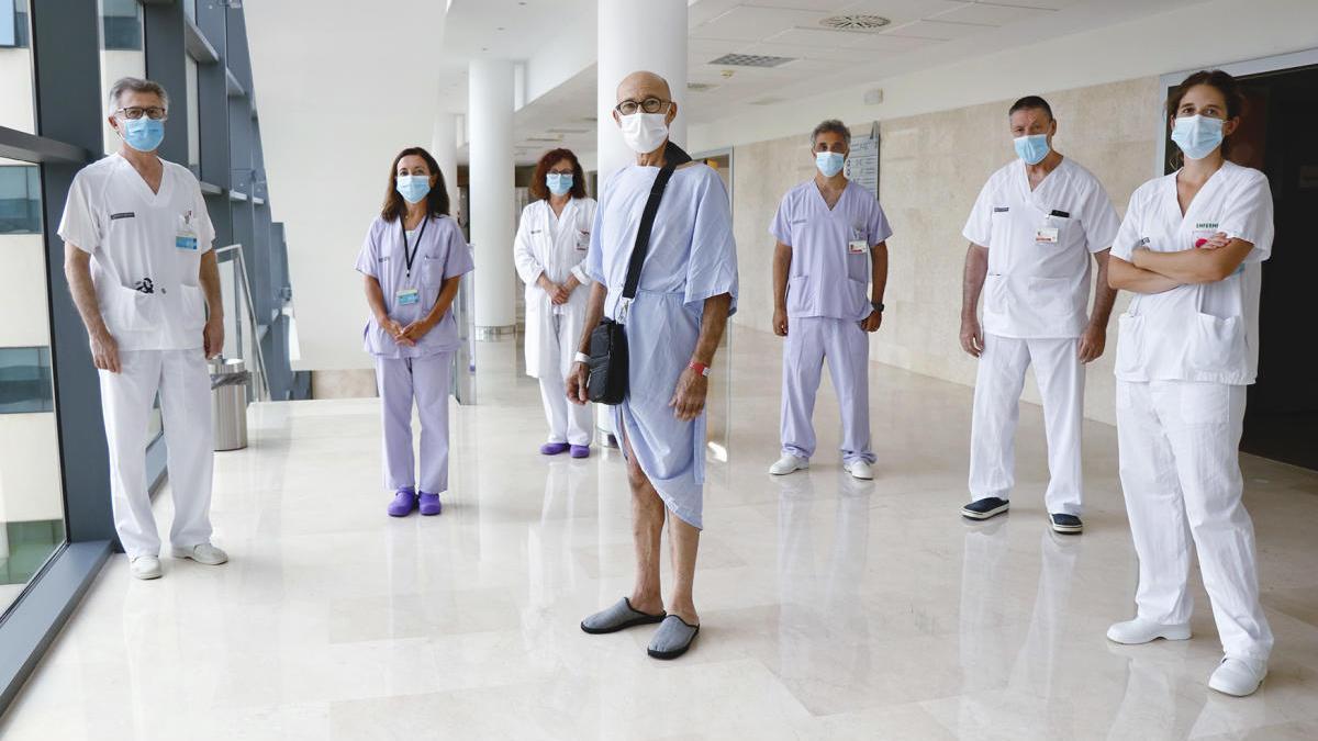 El equipo médico con el paciente recuperado