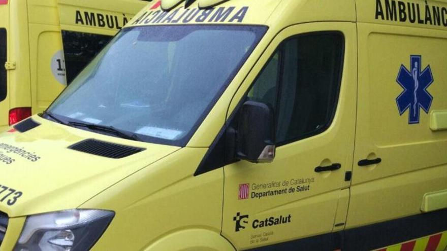 Una ambulància queda embarrancada a Girona després de la forta tempesta