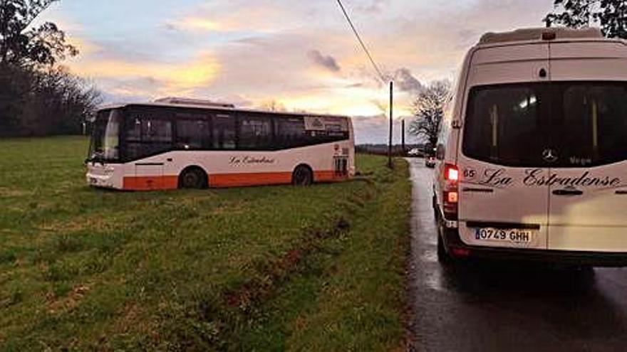 La monitora de un bus escolar evita una tragedia tras perder el conocimiento el conductor
