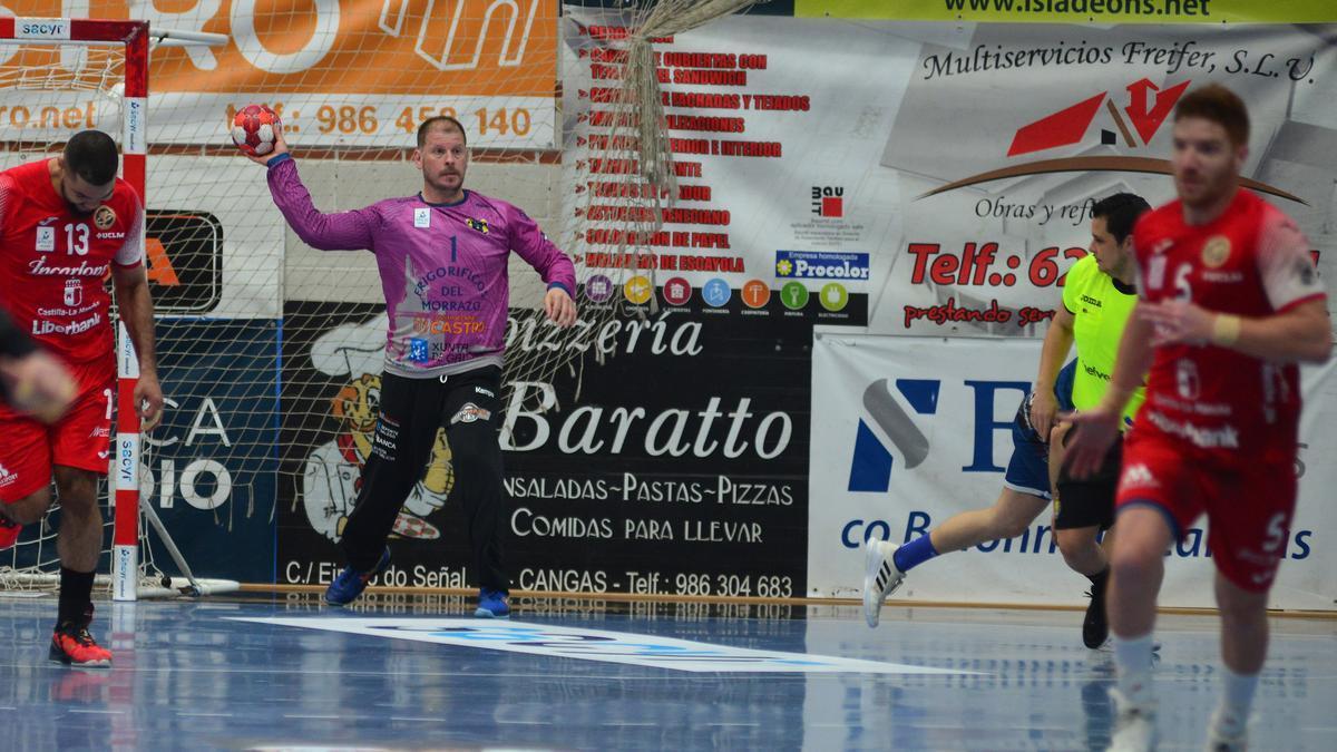 Javi Díaz intenta lanzar el contragolpe en el partido entre Frigoríficos e Incarlopsa Cuenca.