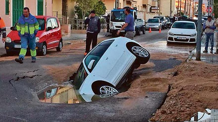 Un socavón en plena calle 'engulle' un coche en Palma
