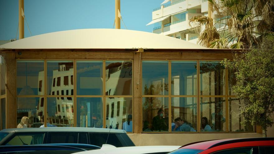 Un bar restaurante del Portitxol llena su interior de clientes y se salta las restricciones del coronavirus en Mallorca