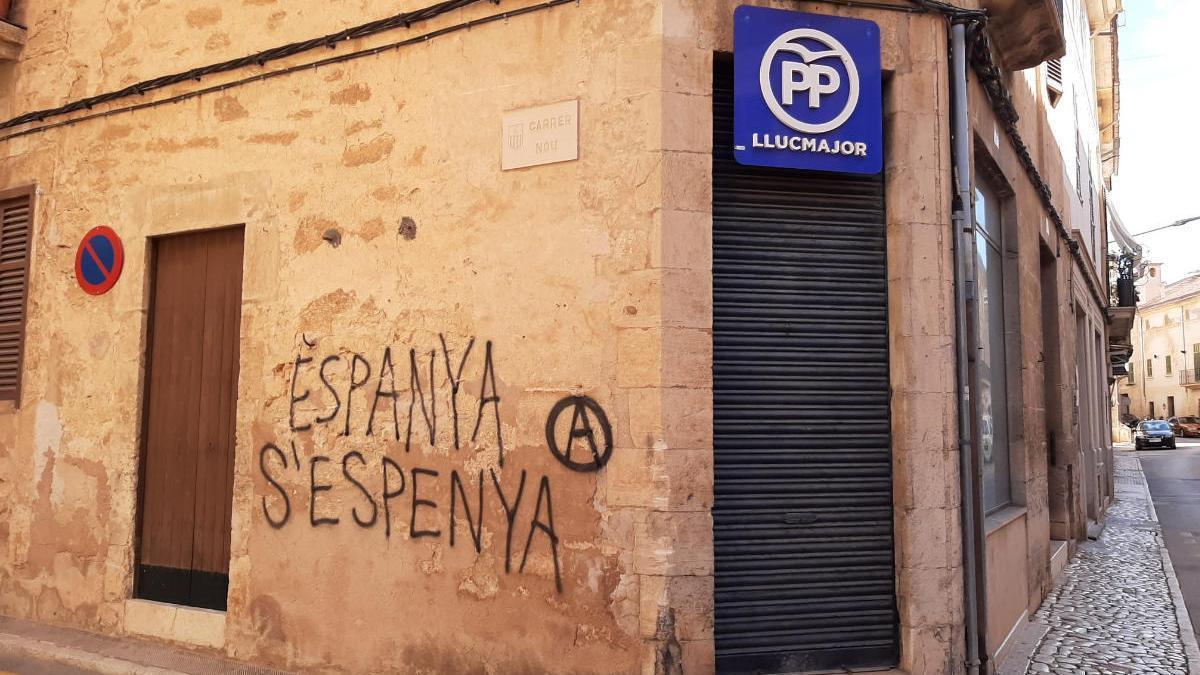 Pintadas vandálicas en la sede del PP local y varios comercios de Llucmajor