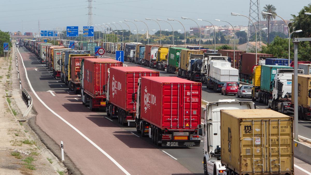 El transporte de los productos genera una gran cantidad de residuos invisibles debido a las emisiones de CO2 que desprenden.