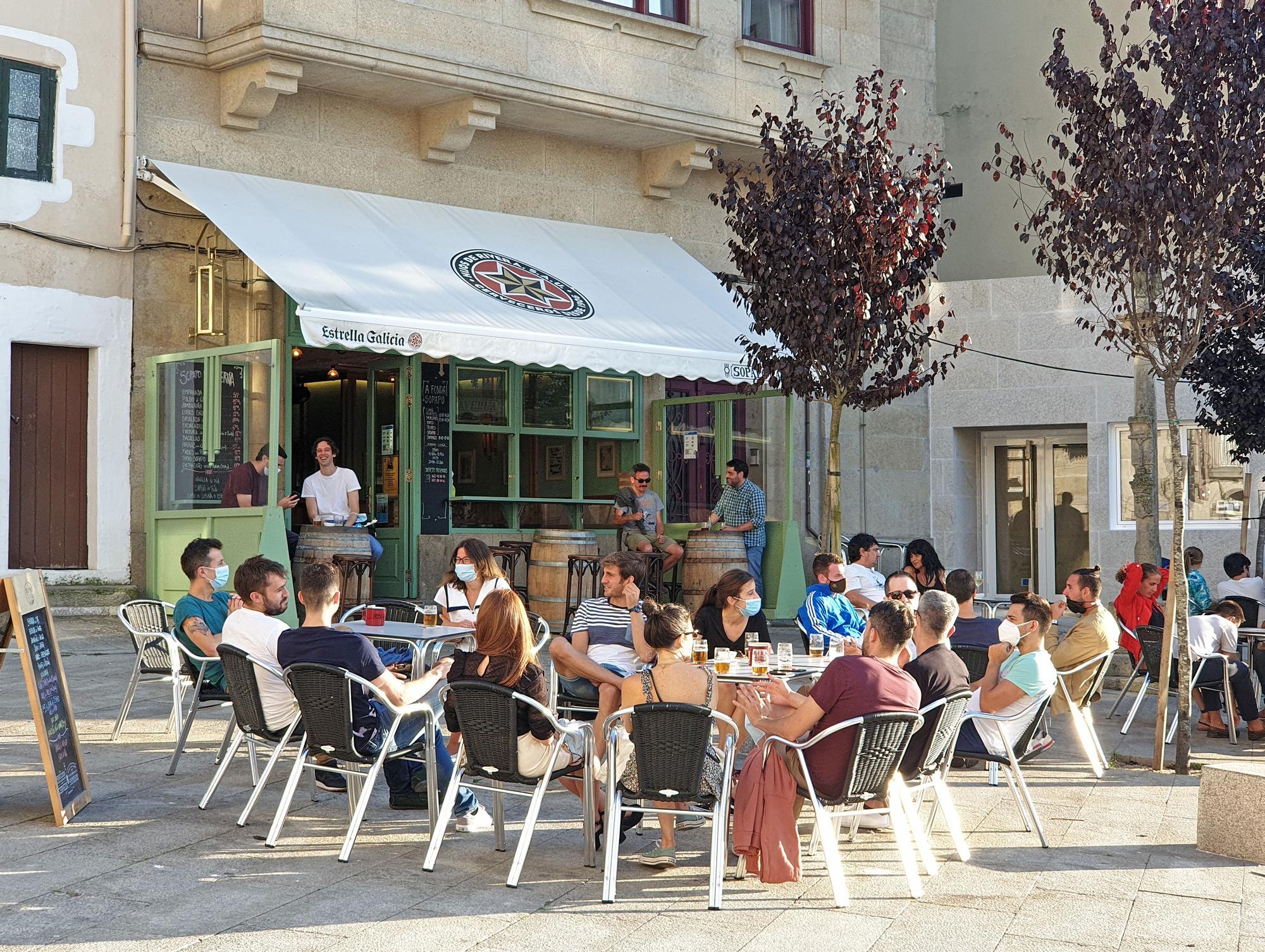 Los turistas disfrutan del sol y la gastronomía de Vigo