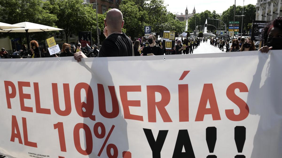 Una protesta para pedir la rebaja del IVA de las peluquerías.