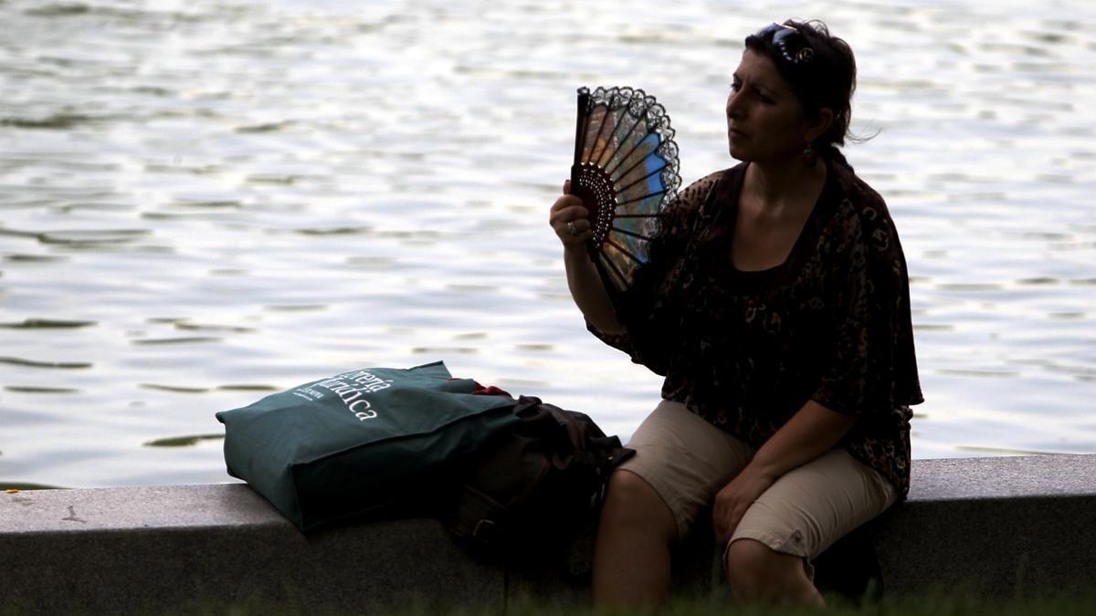 Una mujer se abanica ante las altas temperaturas