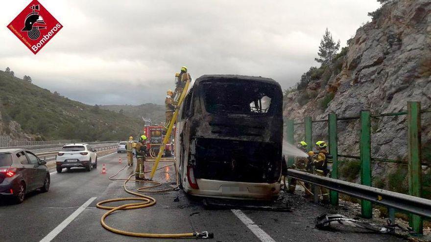 Un autobús de jugadores de balonmano sufre un incendio y genera varias explosiones en Alicante
